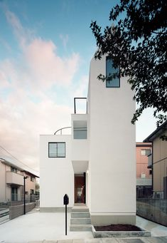 The skinny west wing of this Tokyo house is nine metres high, but less than two metres wide.