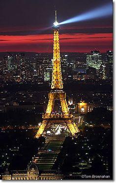 A midnight kiss in Paris!