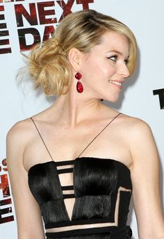 Elizabeth Banks dazzles with her side bun!