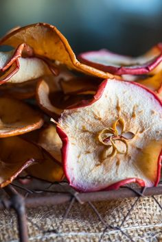 Apple chips - an incredibly easy way to preserve the (apple) harvest!