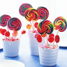 Paletas y dulces en bases chicas de plástico