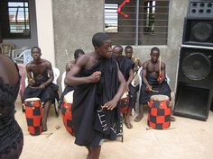 Danza africana con sus instrumentos.