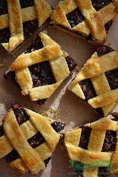Prajitura cu gem de prune si nuci isi asteapta demult randul sa apara pe blog .Poate fi facuta asa cum am facut-o eu in tava dreptunghiulara si portionata dupa cum doriti sau o puteti face in forma de tarta .Gemul folosit poate fi dupa preferinta fiecaruia .Data viitoare am s-o incerc cu o dulceata de