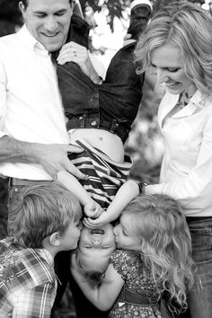 Unposed Posing: A few Tried and True Tips for Photographing Families in Natural and Fun Ways. Guest post and photography by Lynsey Peterson. http://digital-photography-school.com/unposed-posing-a-few-tried-and-true-tips-for-photographing-families-in-natural-and-fun-ways