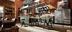 mniahahaha chcę taką kuchnię! //  kuchnia w lofcie, meble kuchennew lofcie, loft, cegła, drewno na ścianie, #chceto #kitchen