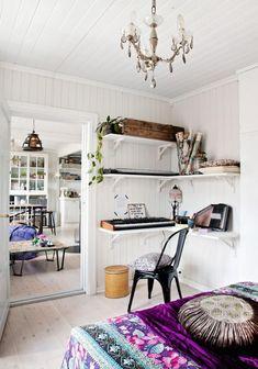 Clever space-saving idea: shelves as a desk!   Planete Deco