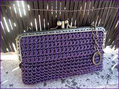 Monedero tipo cartera tejido a mano en crochet con cordón malva y toques plateados, sin forrar. Boquilla doble con dos apartados independientes.