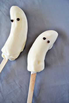 Frozen yogurt banana ghosts...a healthy and yummy treat while watching your favorite Halloween special!