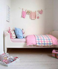 Decorar la habitación infantil con su ropita