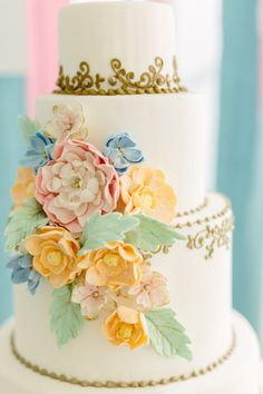 Gold and floral cake (via Mod Wedding).
