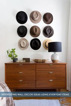 Here are lots of interesting wall decor ideas using everyday items that you probably already have at home.