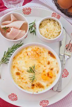 Huevos en cazuelitas con jamón, nata y queso