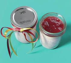 Use mason jars to bake individual cheesecakes: A cute and surprisingly easy gift idea.