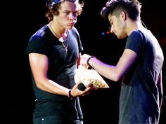 someone threw kettle corn on stage and harry shared it with zayn. and this is why i love their concerts.