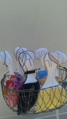 Muñecas trabajadas con pespuntes, pintura, y telas. C.  Fraile