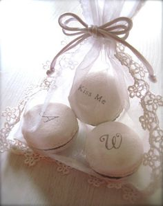 These Monogram Macarons would make great #wedding #favours! // via itsabrideslife.com