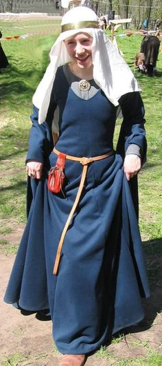 Bliaut and underdress, nice. Just the purse is not accurate for this period.
