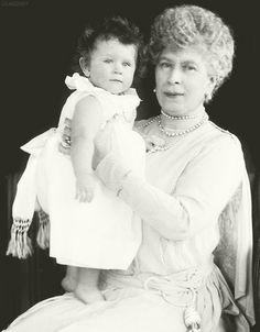 iloveroyalfamilies:  Queen Mary holding her granddaughter, Princess Elizabeth (later Queen Elizabeth II), ca. 1927.