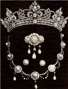 El hijo de la reina Victoria, el Príncipe de Gales (conocido en la familia como Bertie), se casó con la princesa Alexandra de Dinamarca en 1863. El futuro rey Eduardo VII le dio a su esposa un comienzo impresionante a su colección de joyas: un adorno de una tiara de diamantes con un collar de perlas y diamantes, broches y pendientes