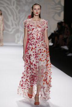 Monique Lhuillier presentó su colección primavera 2014 en el tercer día de la Semana de la Moda de Nueva York, abriendo con conjuntos de piezas separadas en blanco con transparencias hasta llegar a exquisitos vestidos en colores alegres que son ideales para asistir a una boda.