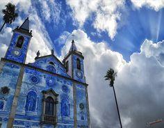 a menudo la corte celestial escapa de las iglesias y se pasea por el cielo...cortegaça church, Portugal