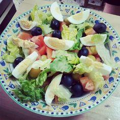 Ensalada de lechuga,huevo duro,tomate,aceitunas y aliño al gusto(vinagreta,salsa rosa o de yoghurt)