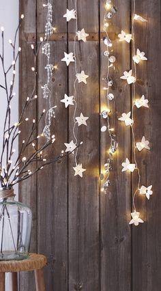 Guirnaldas de luces blancas de #Navidad, sobre fondo oscuro