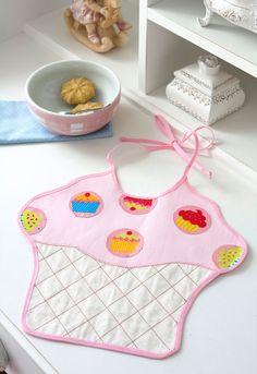 Babador para bebê com patch apliquê de cupcakes