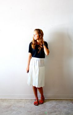 classic black tee+vintage pleated skirt+saltwater sandals