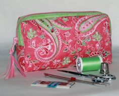 Quilted Ditty Bag: This sweet little bag is nice and quick to sew.  The separating zipper is key to making this bag easy create!