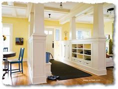 Entrance with built-ins on both sides