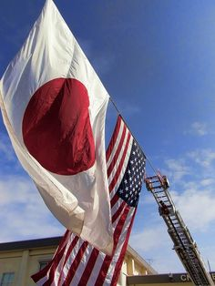 厚木航空基地にはためく日米国旗(神奈川) Japan and US flags in Atsugi Navy Base, Kanagawa, Japan.  I shopped here.