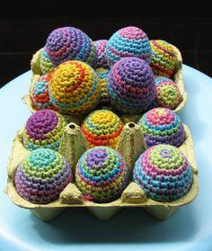 Huevos de Pascua forrados en crochet.