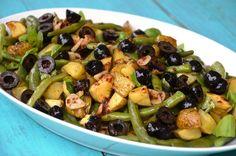 Lauwwarme salade met spekbonen, aardappeltjes en olijven. Gemakkelijk recept. Vervang spekbonen zo nodig door sperziebonen. Lekker met worstjes.