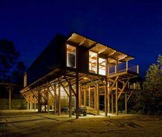 Casa de madera sobre pilotes