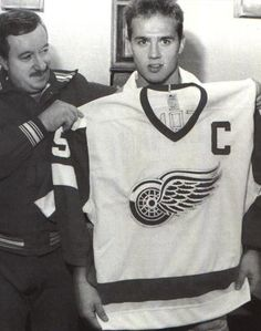 Steve Yzerman named captain, 1986