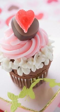 Such a *beautiful* cupcake for Valentine's Day!