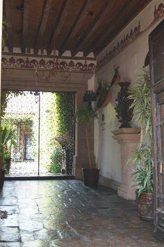 Reja de protección y permite visión,luz, ventilación y portón de madera a la orilla de la calle. Gran solución de casas tradicionales.