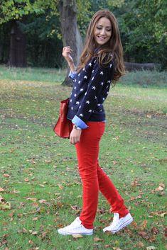pantalones rojos con suéter azul