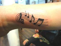 Tatuagem notas musicais no punho Tatuagem notas musicais no punho
