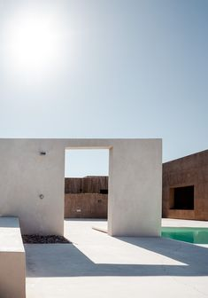 White concrete wall with outdoor shower - Architectural detail