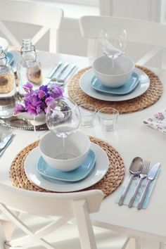 Definitivamente hay muuuchas formas de poner la mesa, esta me parecio linda y ademas una solucion para mesas pequeñas... a aplicarla!