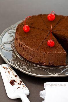 Aksamitny czekoladowy sernik z wiśniami (na zimno)