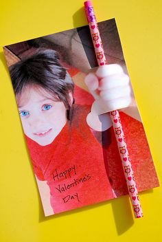 cool way to give a valentine pencil!  OR a lollypop...une belle facon d'offrir un crayon ou un suçon