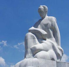 En el centro de la Plaza de la Revolución se encuentra el Memorial a José Martí, que con 138 metros de altura es la estructura más alta de La Habana