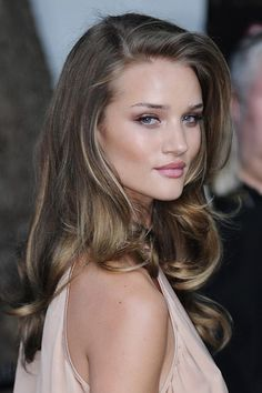 hair and makeup. Rosie Huntington Whitely. rosie huntington whiteley, natural makeup, big curls, hair colors, natural colors, layered haircuts, soft autumn, blonde highlights, soft curls