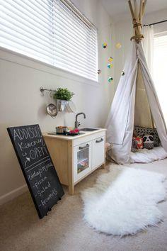 SLEEPYKINS Little girl room in black and white and hot pink - BABIEKINS MAGAZINE BLOG