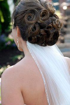 Penteado de noiva com véu preso