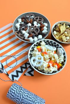 Halloween Snack Mixes! The perfect treat to make for parties that is SO easy! Recipe by Elephant of Surprise for Tatertots and Jello #DIY #Halloween