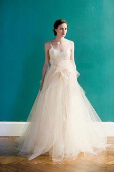 Vestido de novia largo en color champagne con detalle de flor en la cintura - Foto Carol Hannah